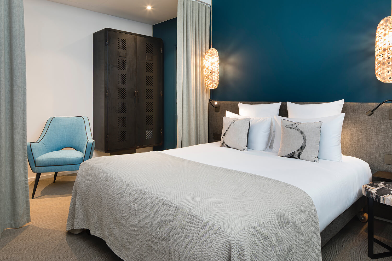 Mur bleu dans la chambre