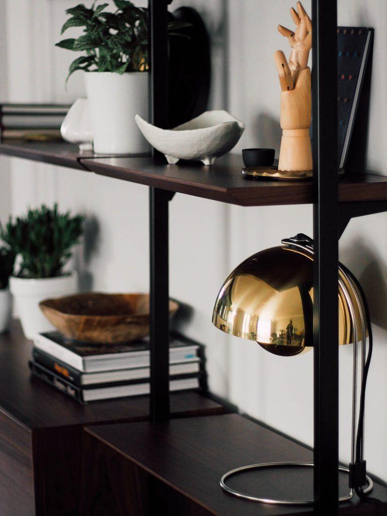 Lampe FlowerPot de Verner Panton sur une bibliothèque Archivita