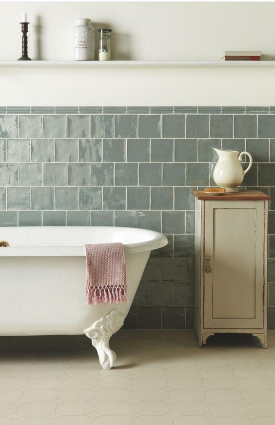 Une salle de bain en zelliges bleu clair