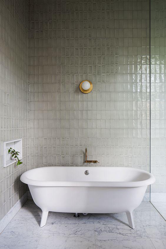 Une salle de bain en zelliges gris