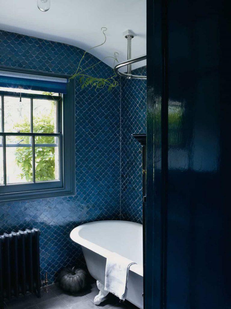 Une salle de bain en zelliges bleu foncé
