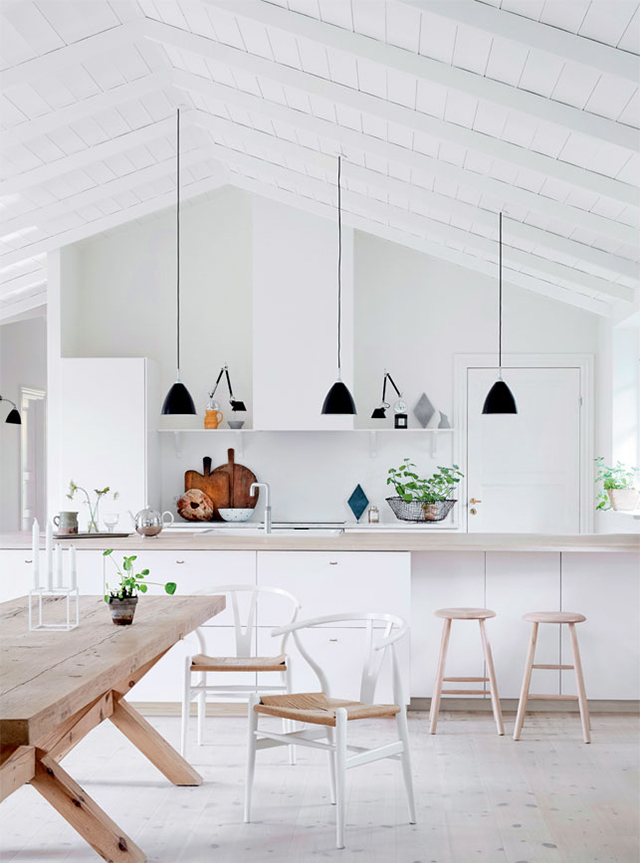 Table de ferme en bois massif dans une cuisine ouverte
