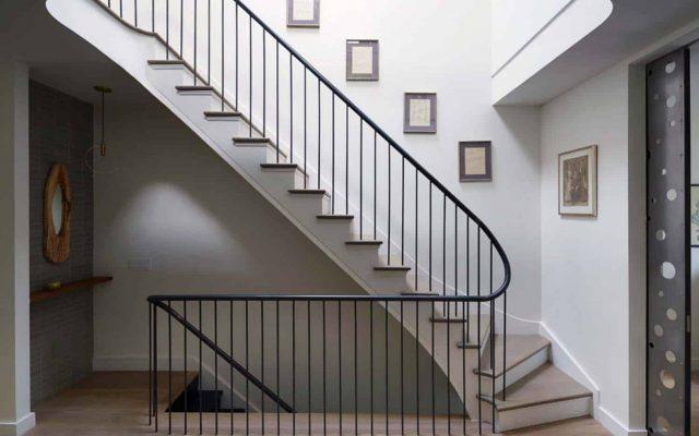 Relooker un escalier : faut-il le peindre en blanc ou en noir - FrenchyFancy