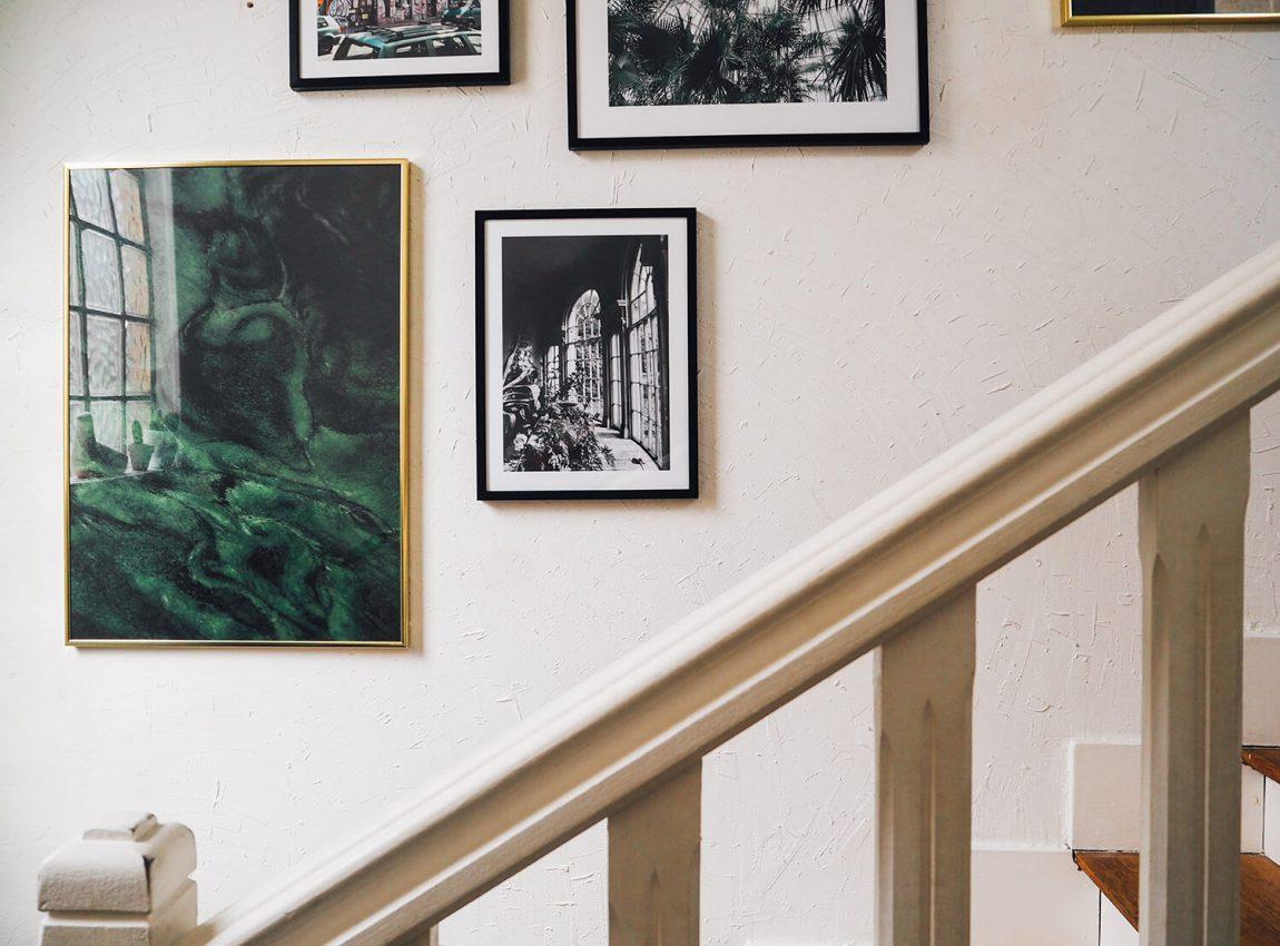 Un mur de cadres dans notre escalier - Frenchy Fancy
