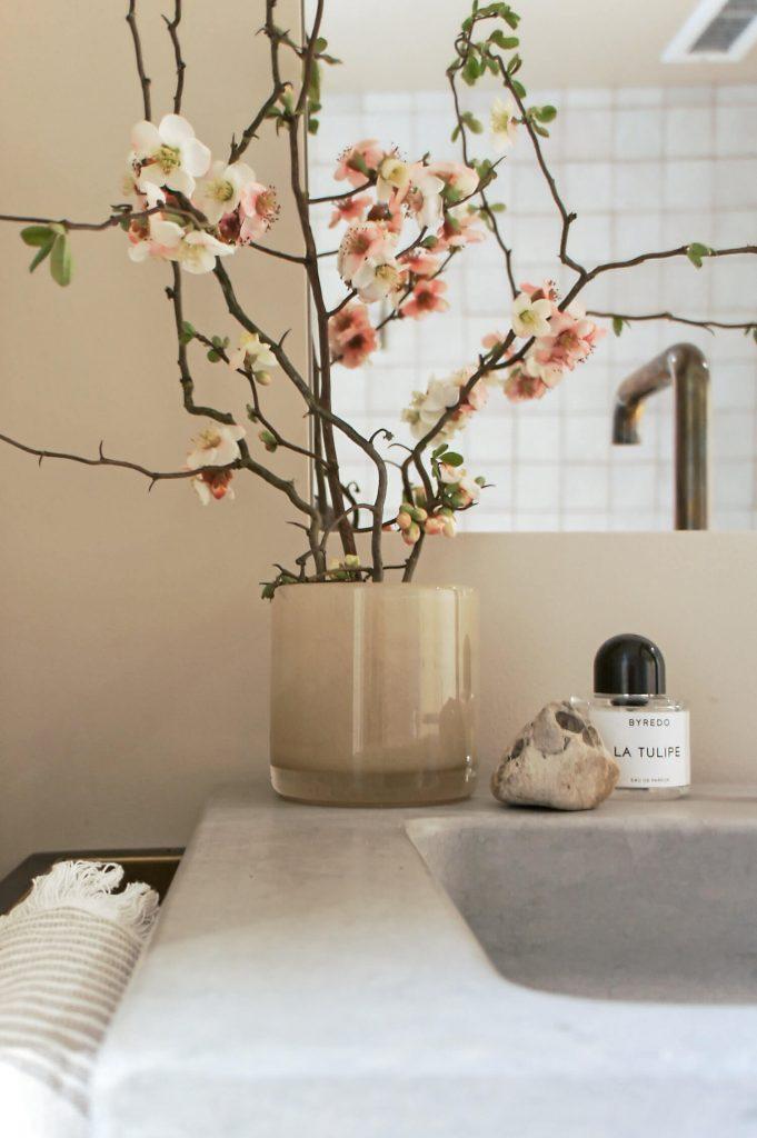 Une salle de bain minimaliste