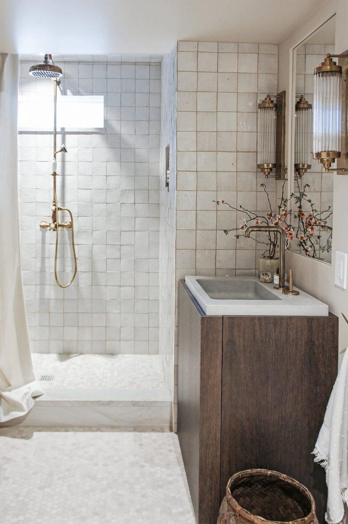 Meuble en bois foncé dans la salle de bain