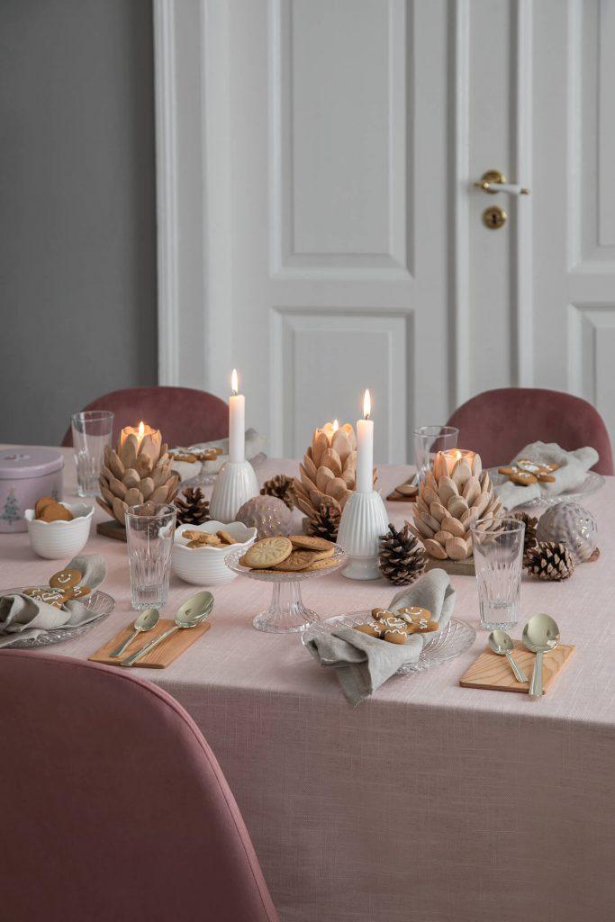 Décoration de table dans les tons roses imaginée par Søstrene Grene