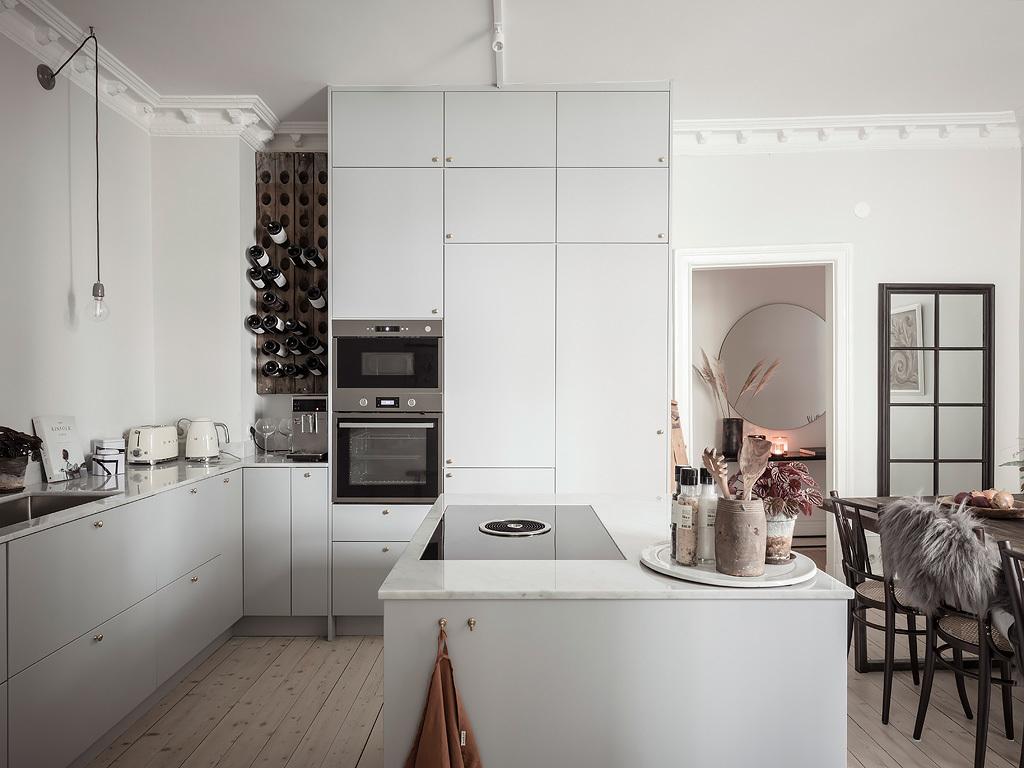 Une cuisine minimaliste avec îlot