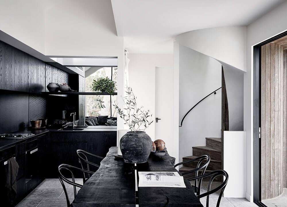Une maison de plage décorée en noir et blanc - FrenchyFancy