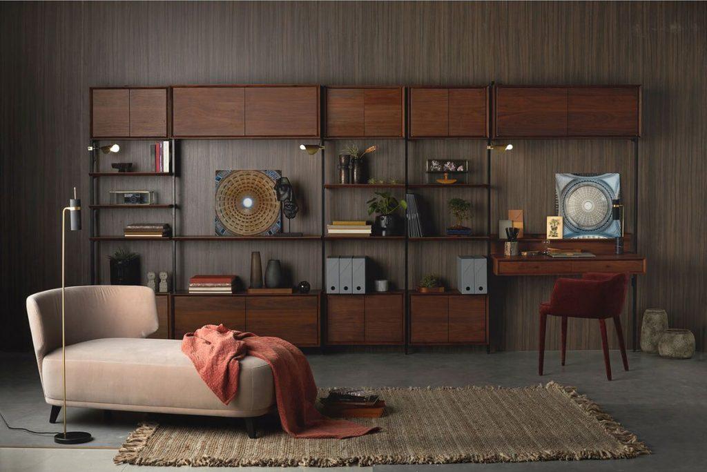 Bibliothèque en bois foncé dans un salon