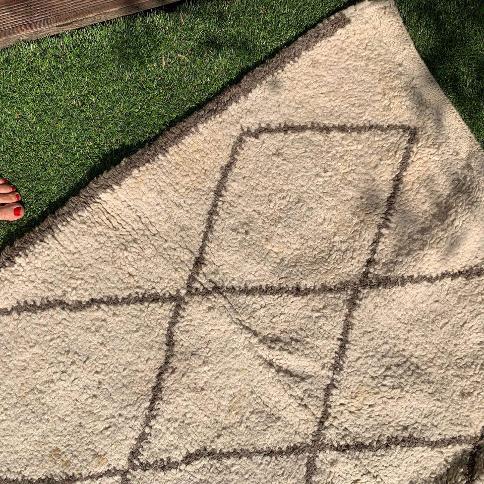 Comment nettoyer un tapis berbère en laine - FrenchyFancy