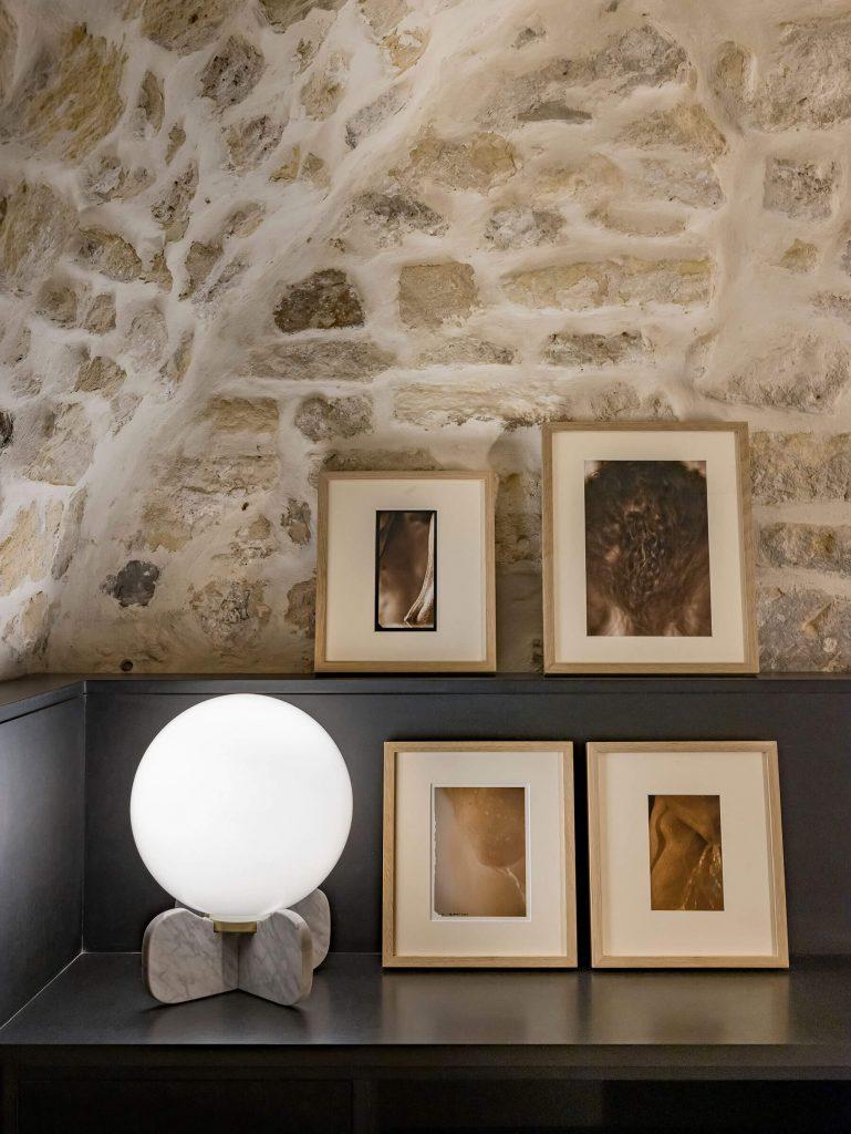 Mur en pierres naturelles dans une maison parisienne