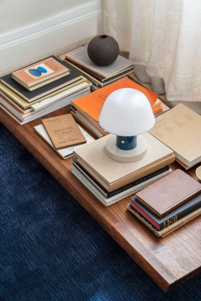Les luminaires &tradition : la lampe Setago bleue dans un salon