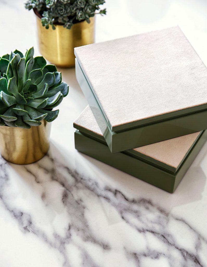 Table basse en marbre avec boite décorative en laque