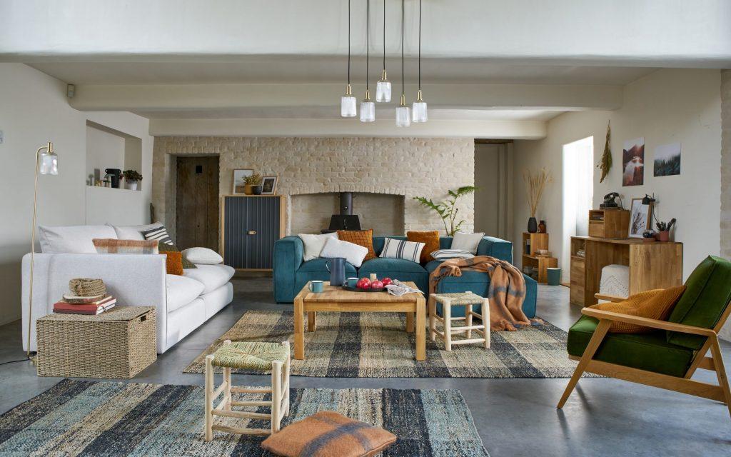 Décoration salon avec canapé en velours bleu paon