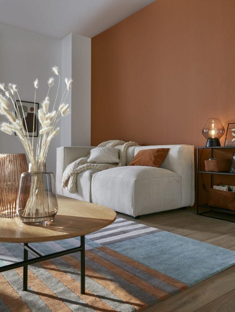 Décoration salon mur terracotta et canapé Seven en velours écru