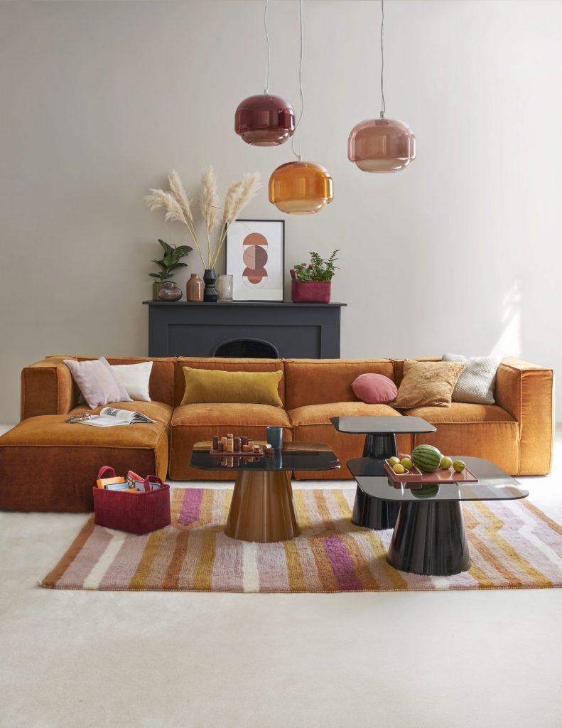 Décoration salon avec canapé Seven en velours ocre