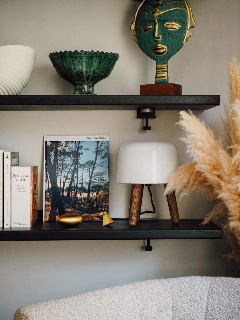 Livre photo en déco sur une étagère du salon