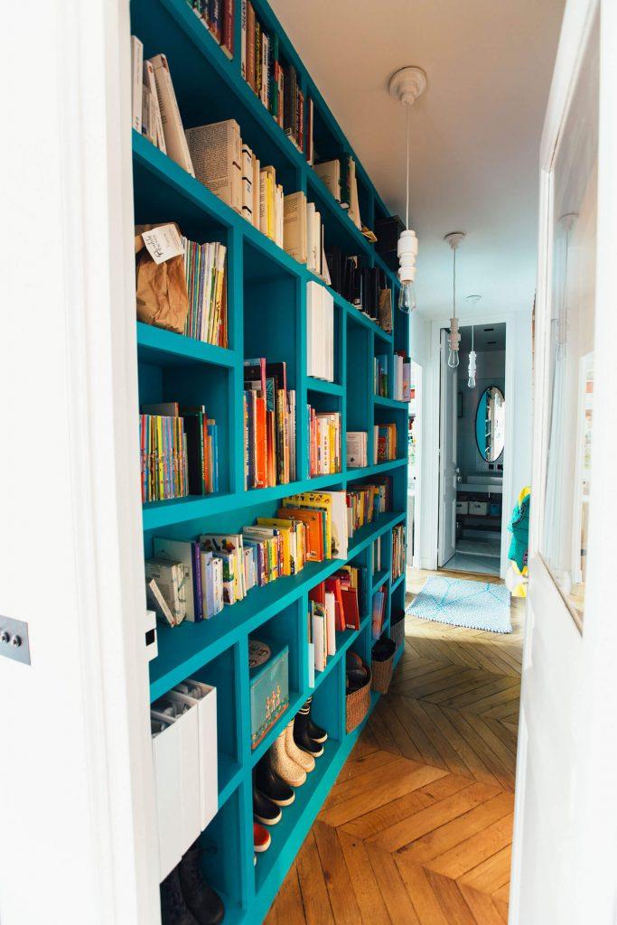Bibliothèque sur-mesure dans le couloir