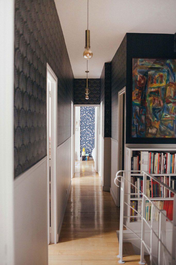Papier-peint graphique dans un couloir