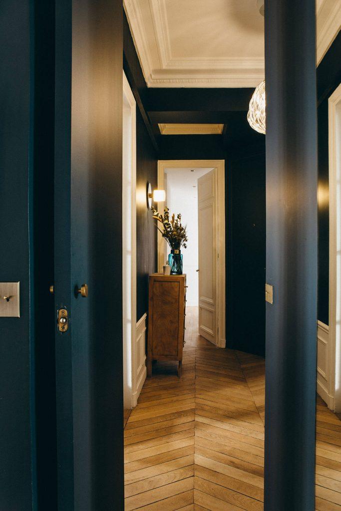 Couloirs avec murs bleu foncé. Idée peinture couloir