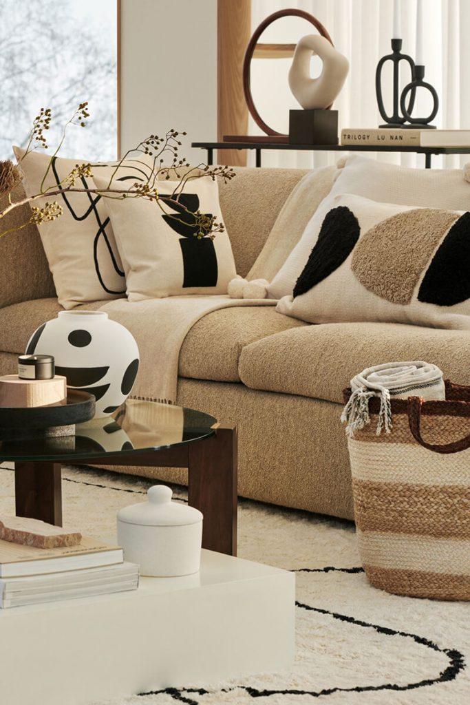 Décoration salon cosy canapé avec coussin H&M Home