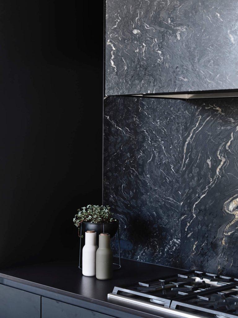 Crédence en granit titanium