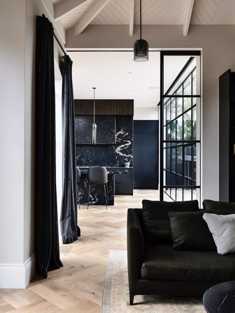Maison d'architecte avec cuisine en granit titanium