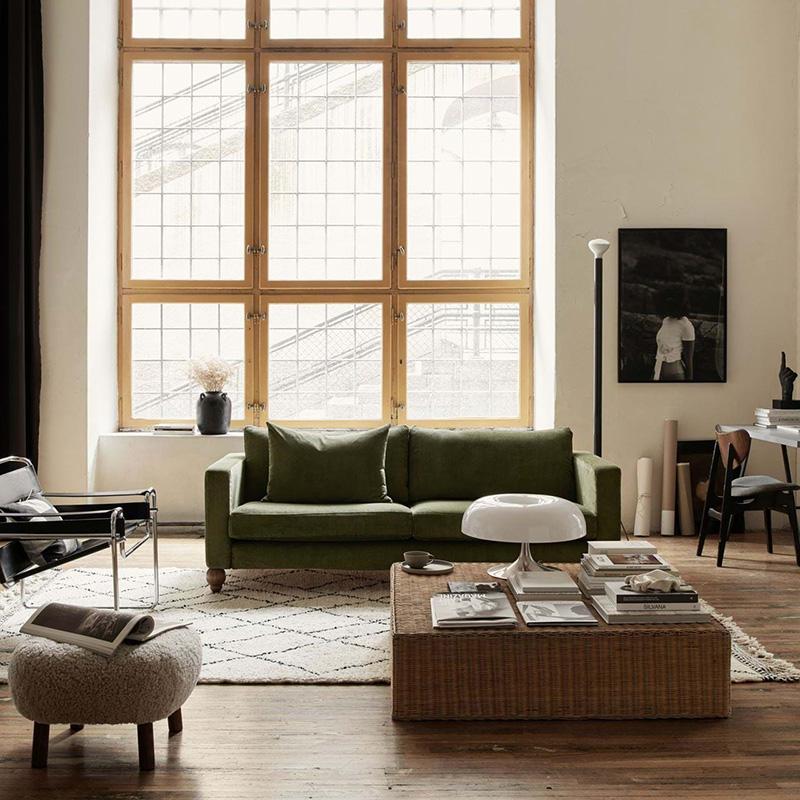 Déco salon cosy avec canapé en velours kaki et tapis berbère