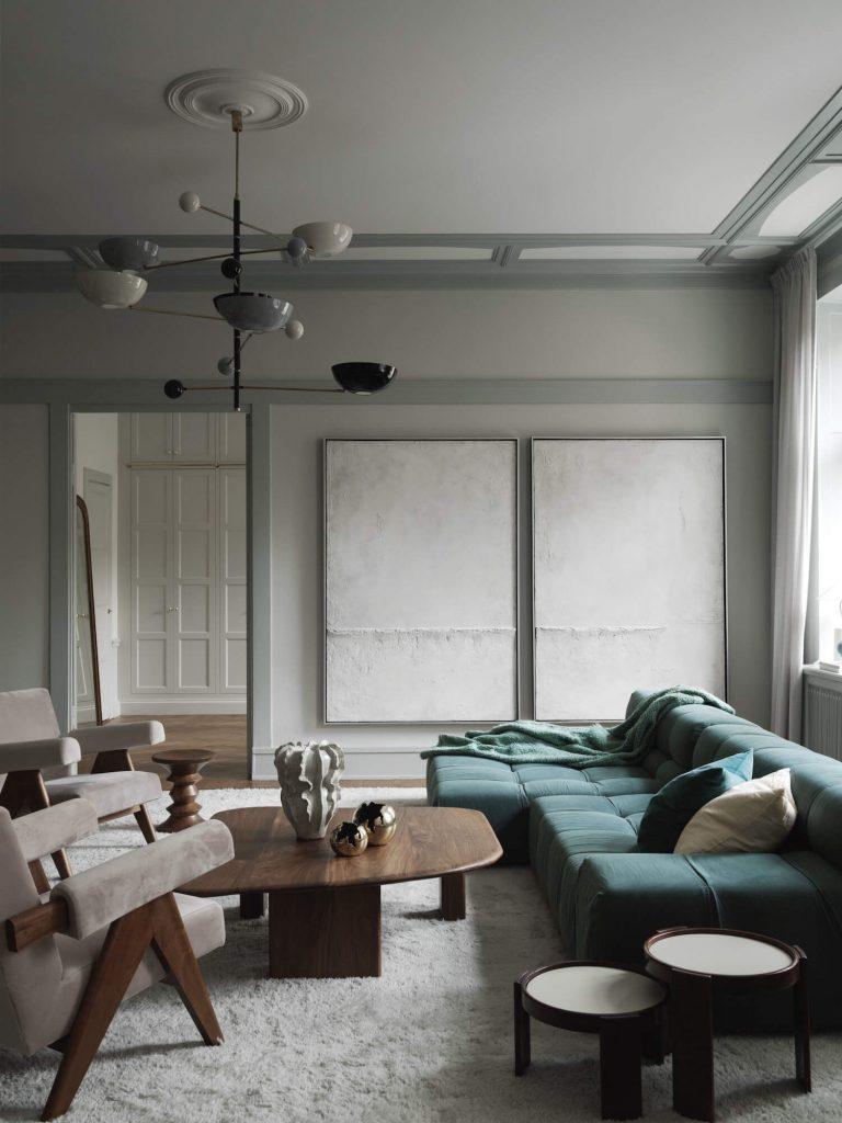 Décoration de salon style scandinave avec un canapé bleu