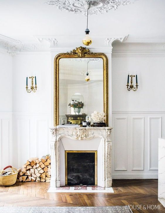Miroir doré au dessus de la cheminée