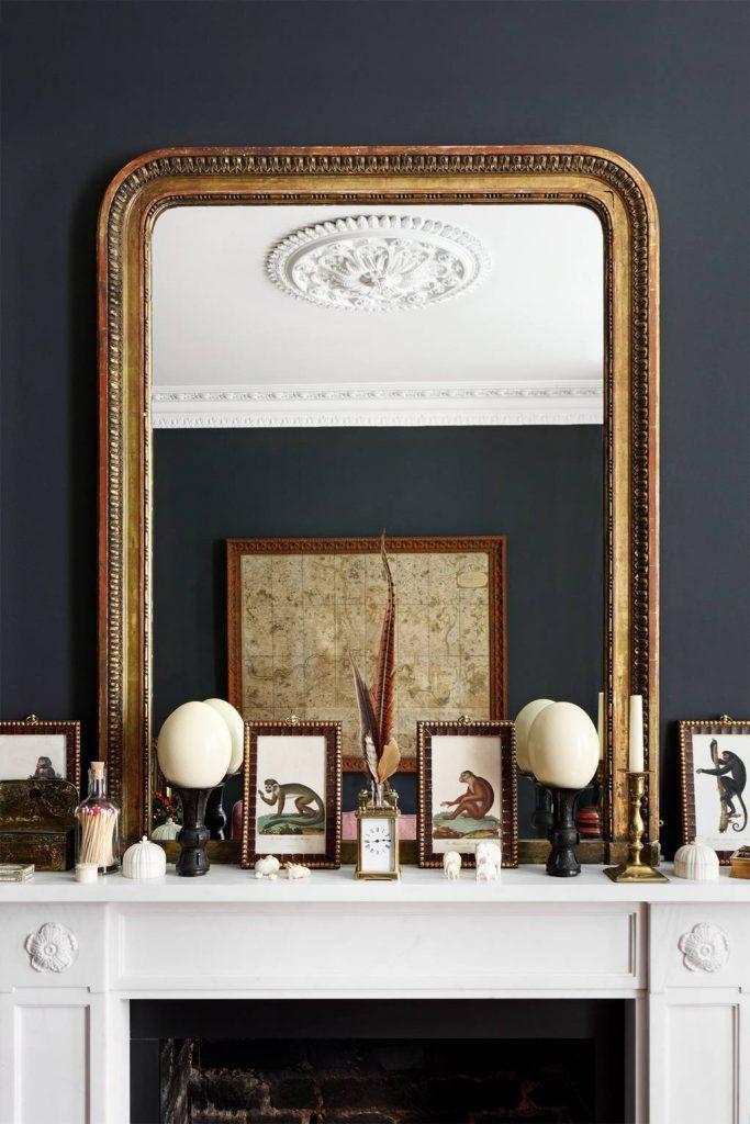Miroir doré sur un mur gris foncé