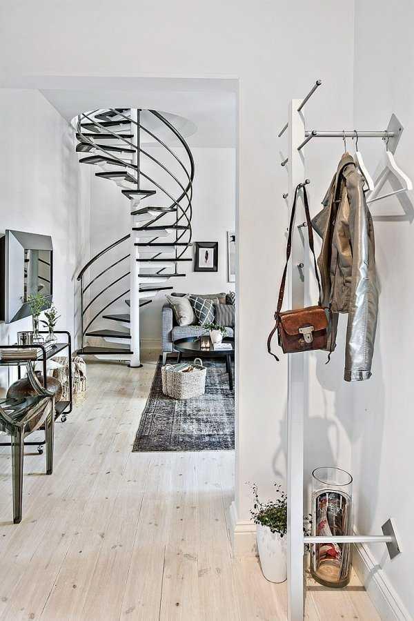 Escalier dans un intérieur scandinave