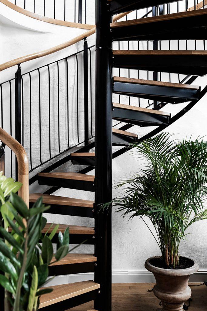 Escalier en colimaçon en bois et métal noir