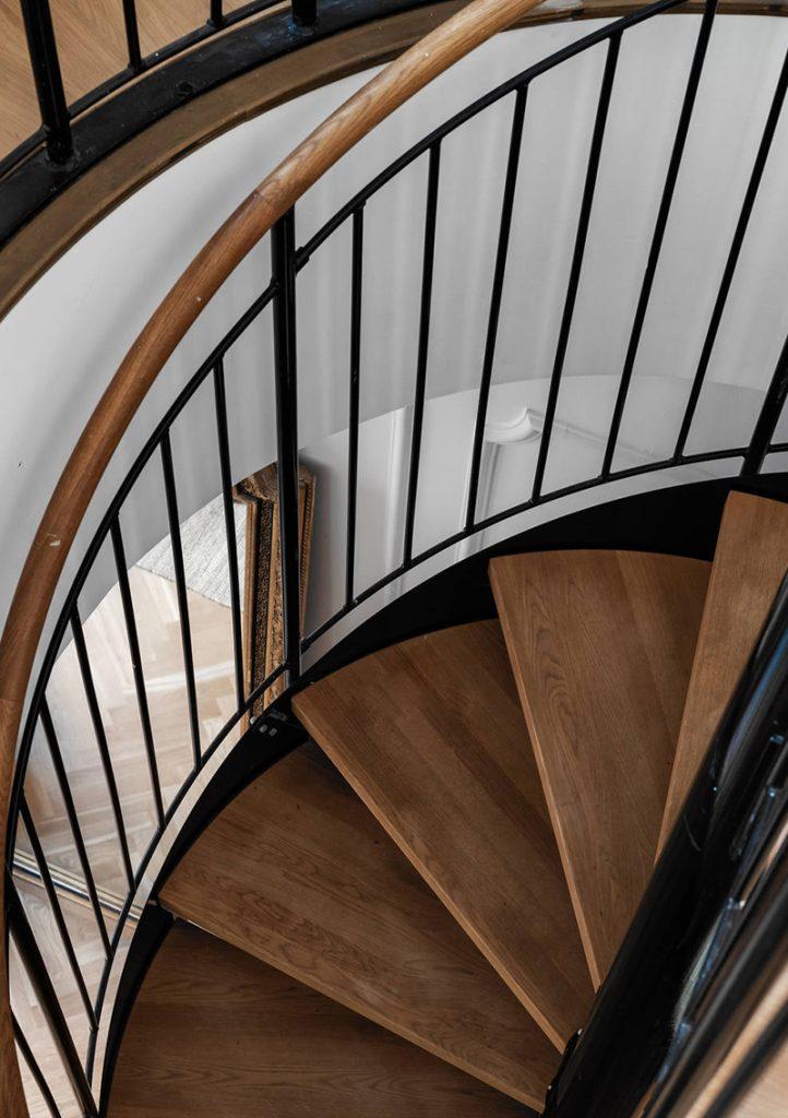 Escalier en colimaçon en bois et métal