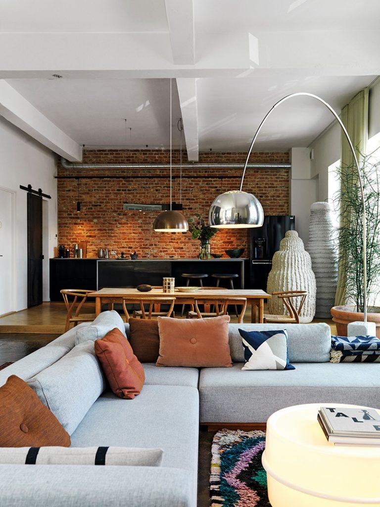 Canapé gris dans un décor style loft