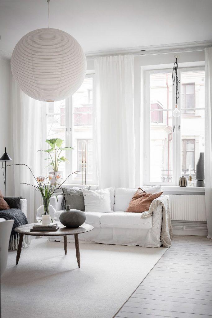 Canapé blanc et parquet blanc