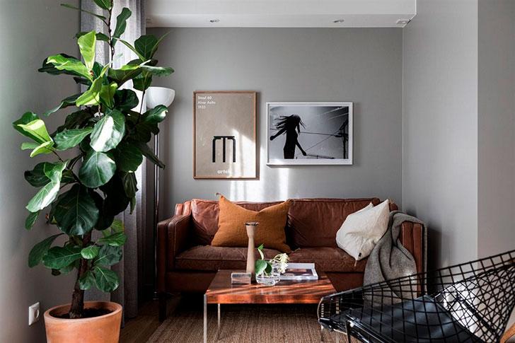 Salon style scandinave avec canapé en cuir camel
