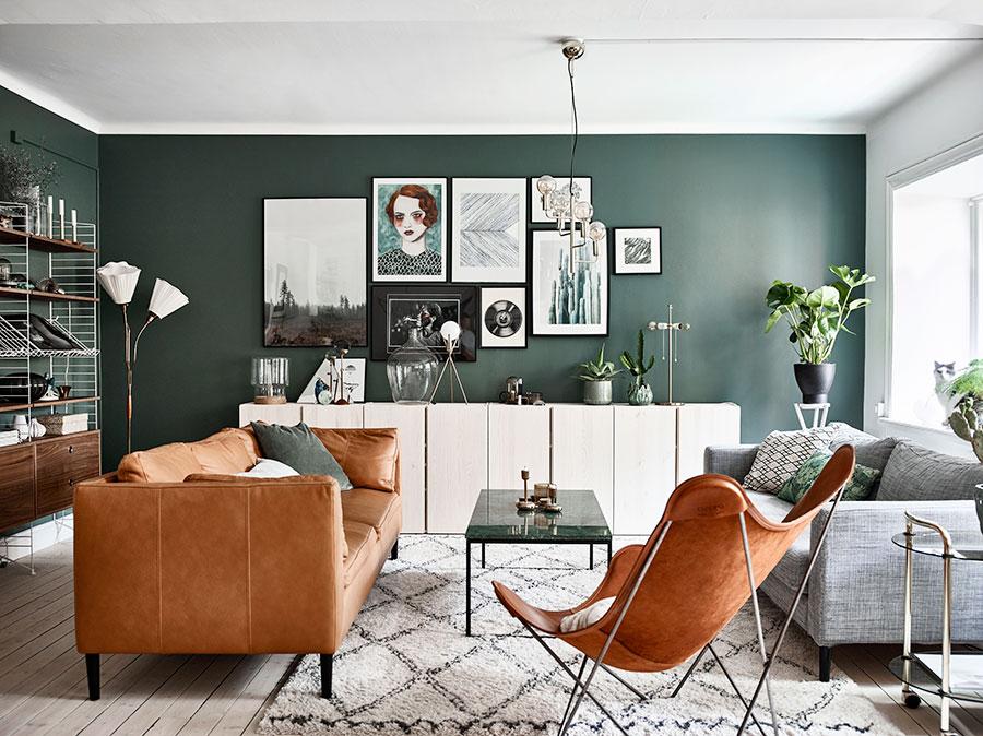 Canapé en cuir camel avec des murs vert foncé
