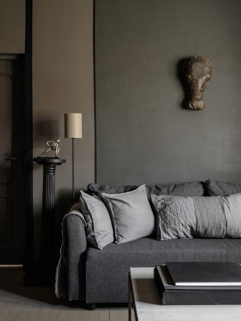Canapé gris et mur gris