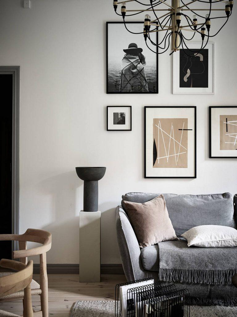 Canapé gris et mur de cadres