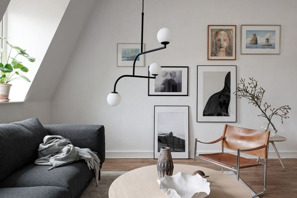 Canapé gris et fauteuil en cuir camek