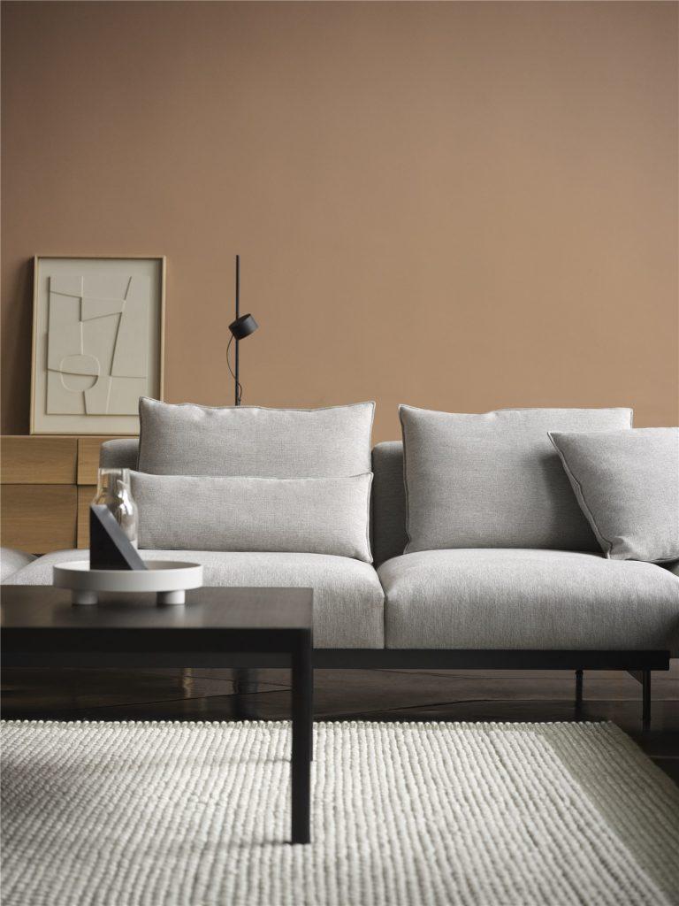 Canapé gris et mur terracotta