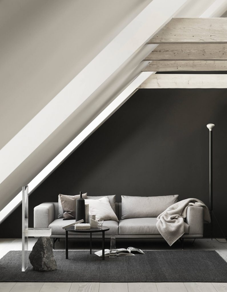 Canapé gris mur noir