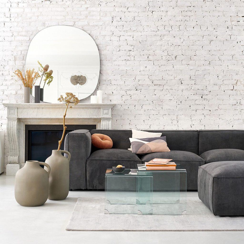 Déco salon cosy canapé en velours et mur en briques blanches