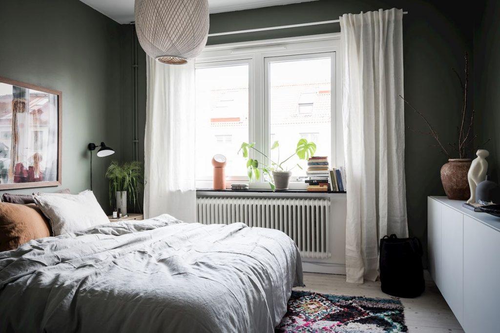 Chambre verte avec tapis berbère
