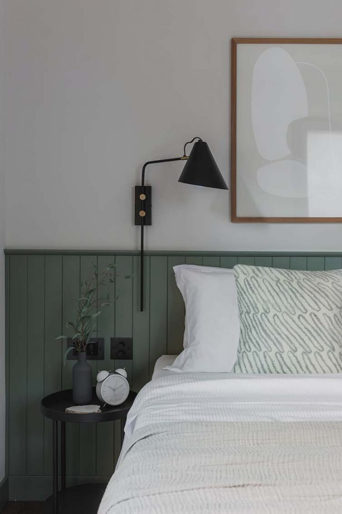 Chambre avec lambris vert