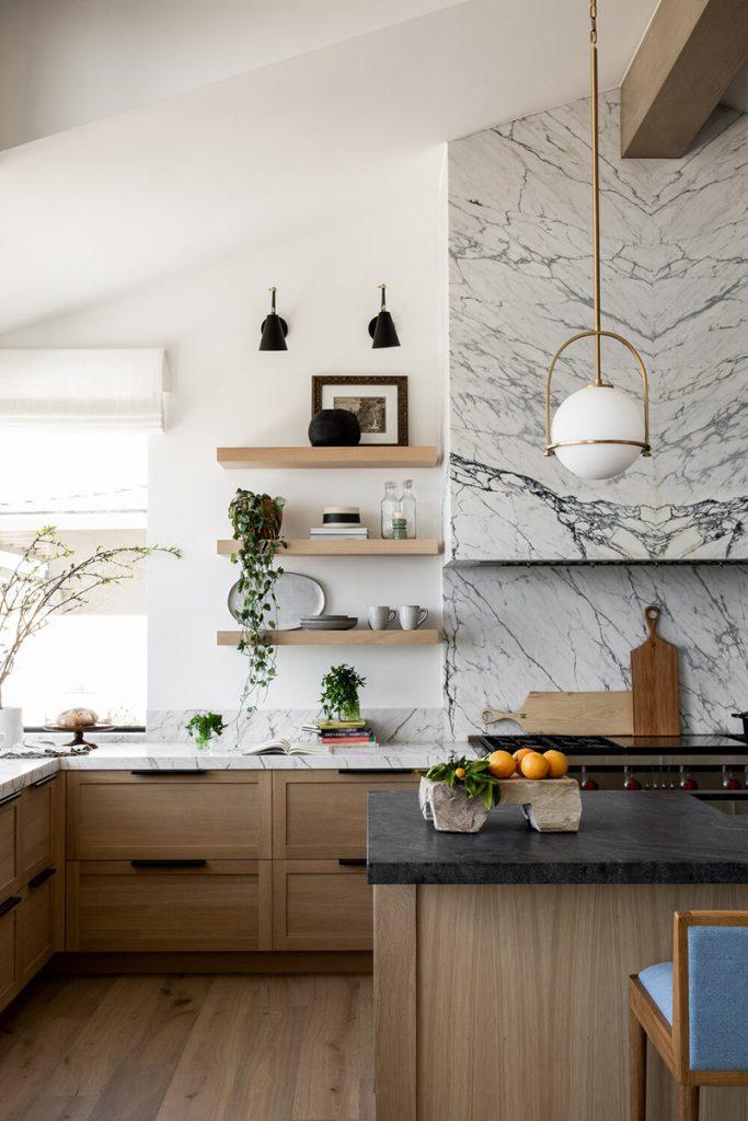 cuisine bois chêne clair et marbre
