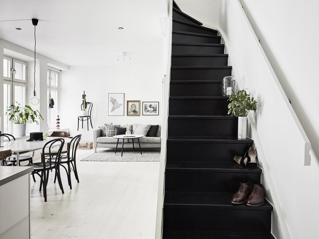 Escalier noir dans intérieur scandinave