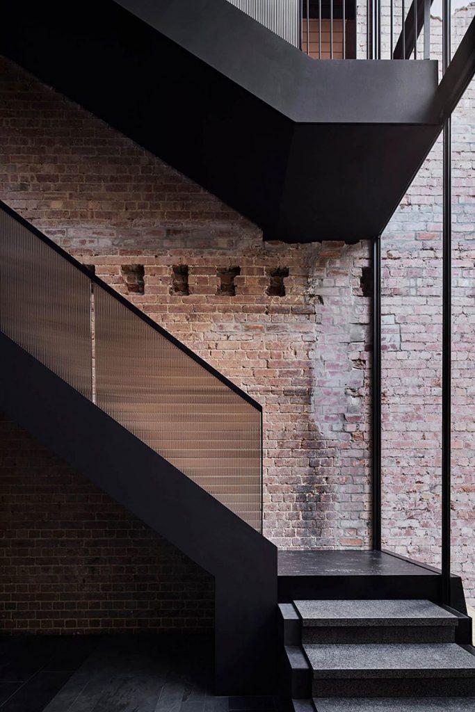 Escalier avec garde-corps en verre fumé